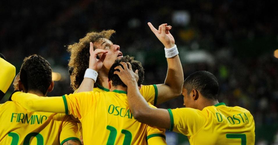 David Luiz (centro) comemora gol do Brasil contra a Áustria
