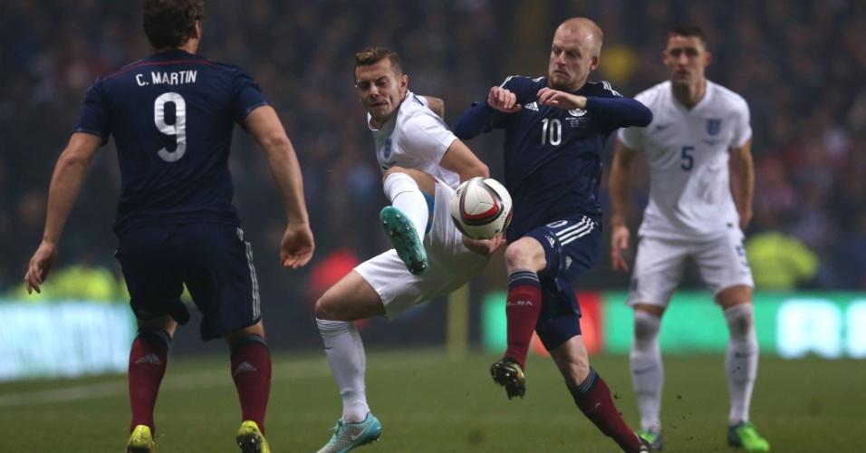 Jack Wilshere (de branco) tenta marcar Steven Naismith no amistoso da Inglaterra contra a Escócia