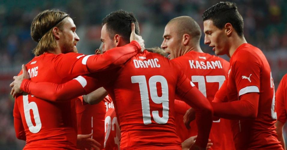 Josip Drmic é cumprimentado pelos companheiros suíços após marcar contra a Polônia