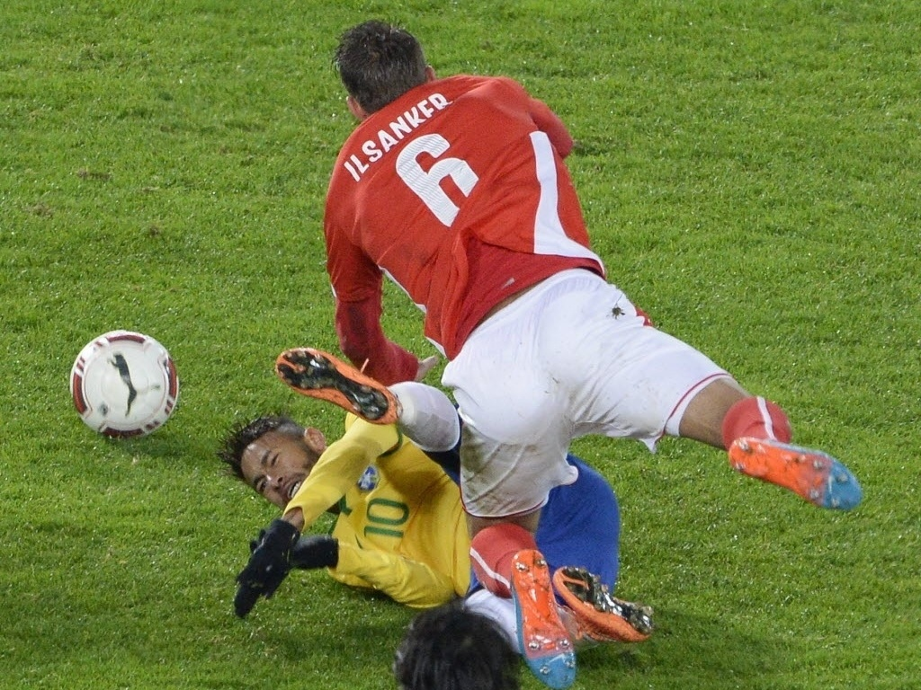 Neymar é derrubado por austríaco Ilsanker durante amistoso do Brasil