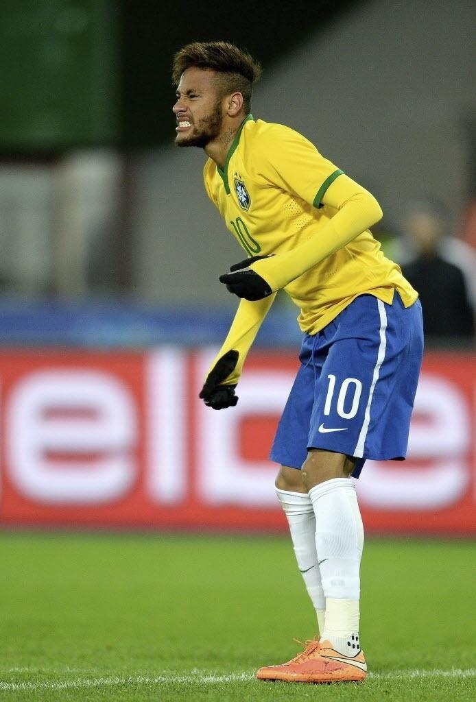 Neymar faz careta durante jogo do Brasil contra a Áustria
