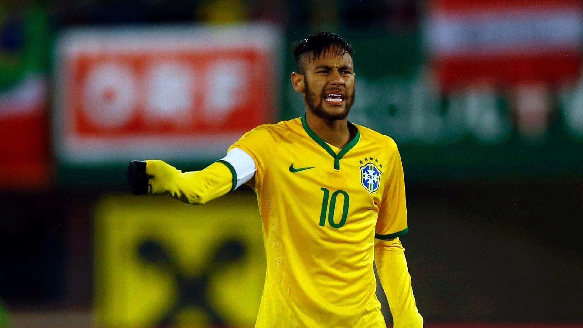 Neymar reclama durante o primeiro tempo do jogo do Brasil contra a Áustria