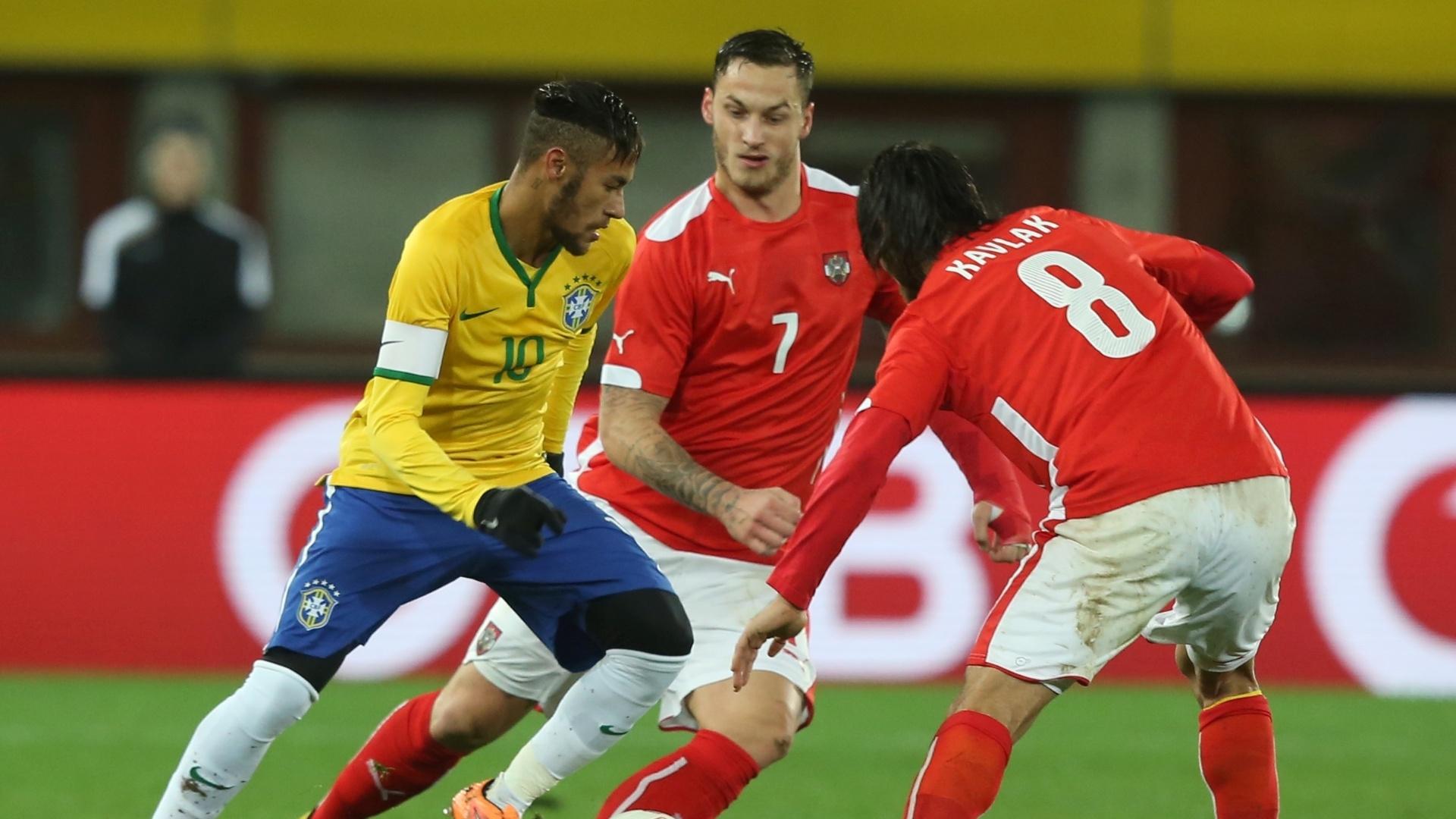 Neymar tenta passar pela marcação dupla de austríacos durante amistoso do Brasil
