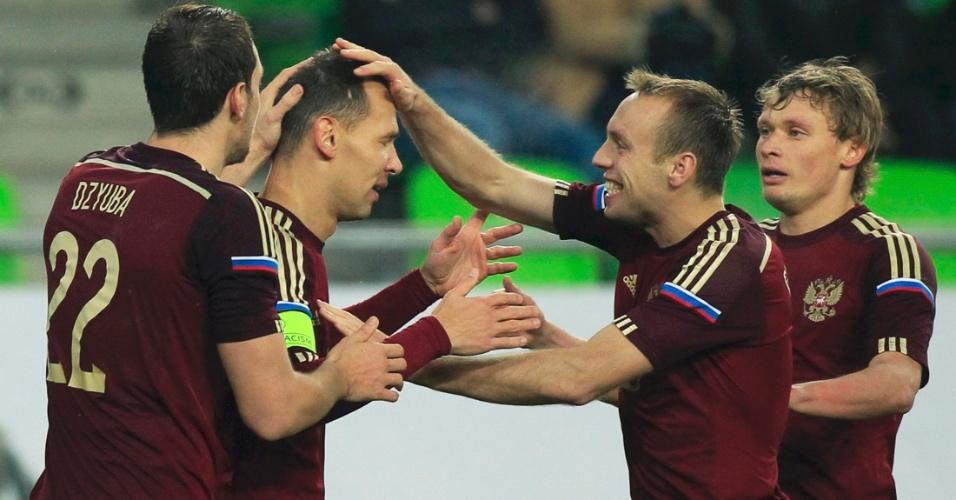 Sergei Ignashevich é saudado pelos companheiros russos depois de marcar gol no amistoso contra a Hungria