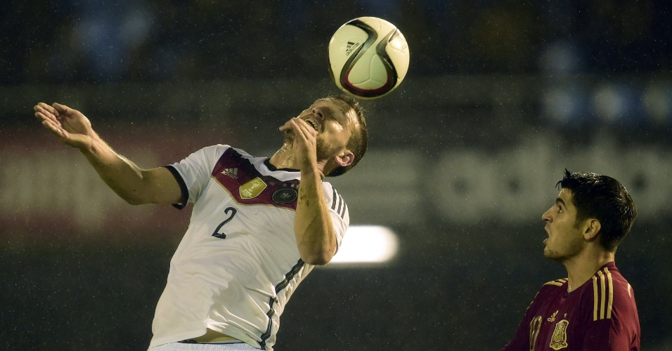 Shkodran Mustafi, da Alemanha, cabeceia bola e é observado pelo espanhol Alvaro Morata