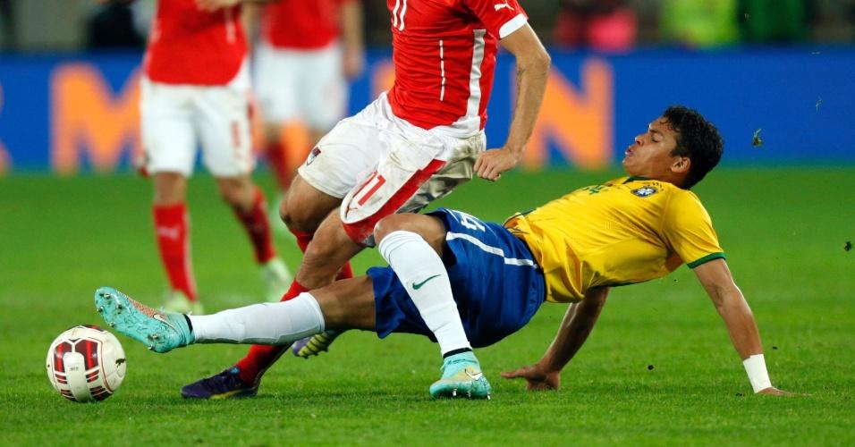 Thiago Silva dá carrinho em Harnik durante amistoso do Brasil contra a Áustria