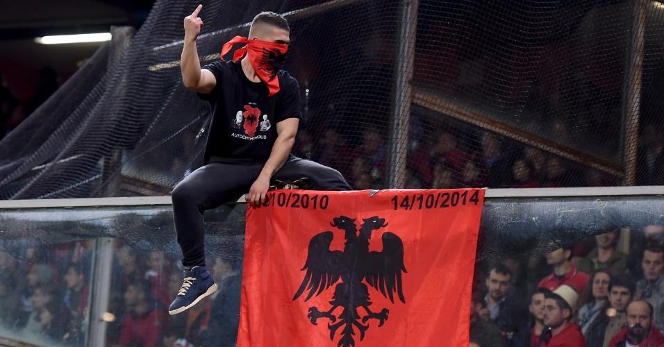 Torcedor da Albânia exibe bandeira durante confronto com a Itália