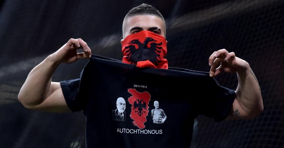Torcedor exibe camiseta durante jogo da Albânia contra Itália