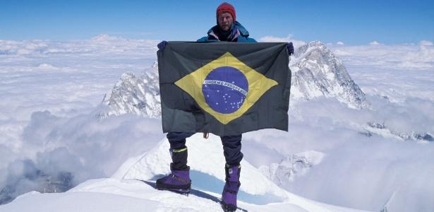 Waldemar Niclevicz com a bandeira do Brasil no Everest; alpinista lança novo livro