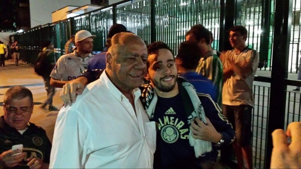 Cesar Maluco é tietado por torcedores nos arredores da Arena Palestra