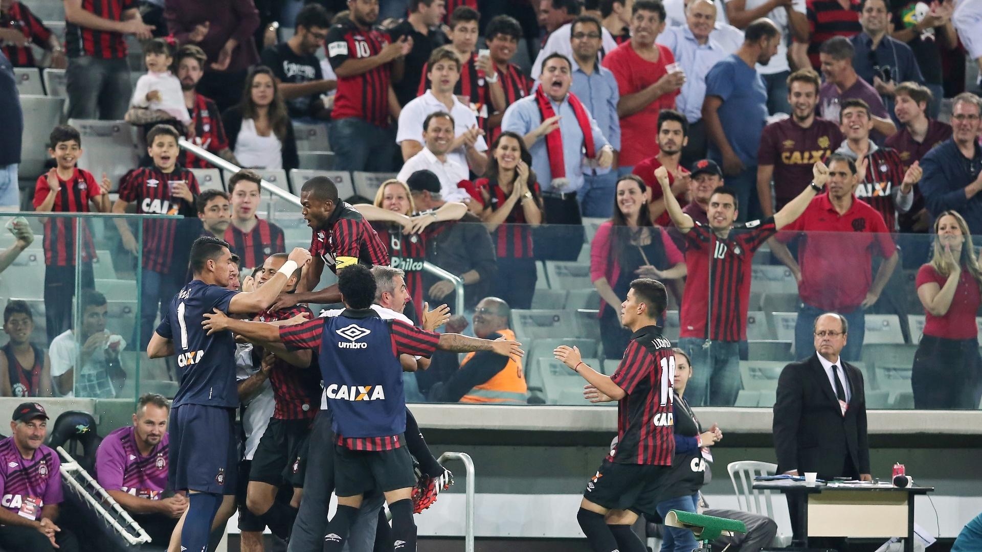 Cleberson é abraçado por companheiros ao empatar o jogo para o Atlético-PR contra o Santos
