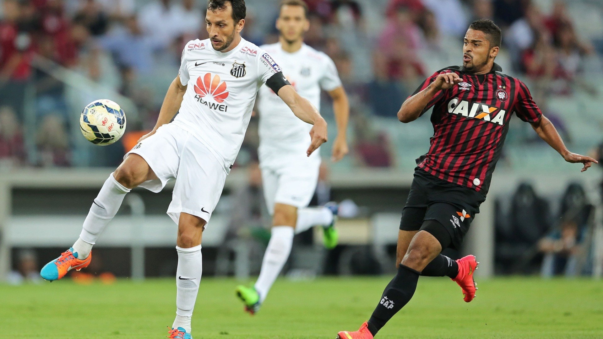 Edu Dracena, do Santos, tenta corte de bola cercado por Dellatorre, do Atlético-PR