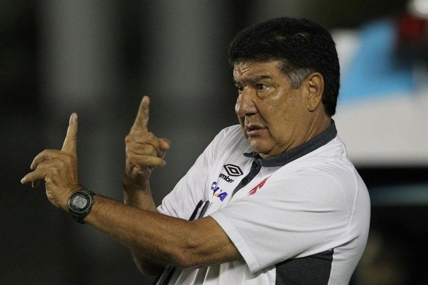 Joel Santana passa instruções para os jogadores do Vasco contra o Vila Nova