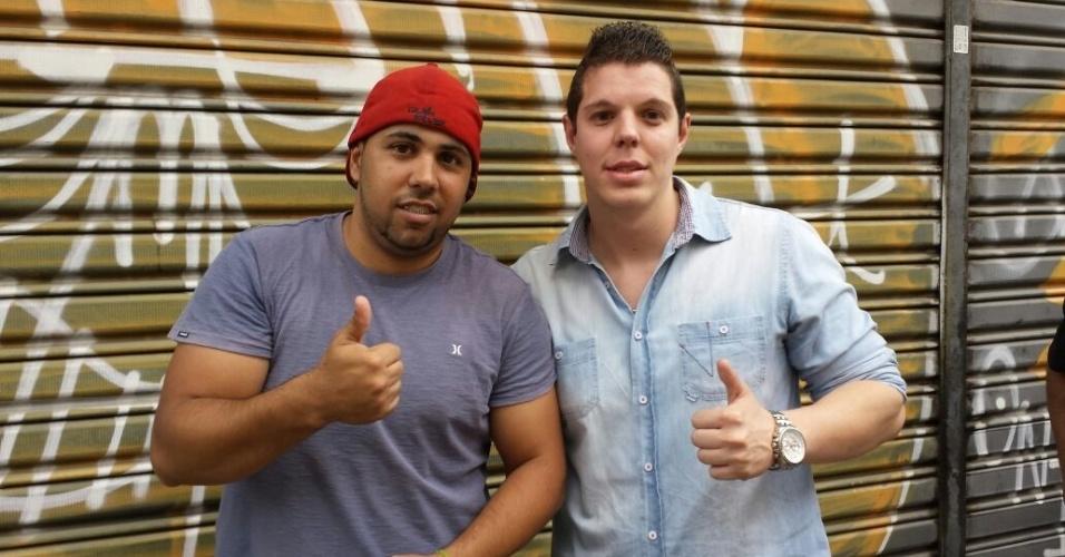 Jorge Aparecido Sousa, estudante, e Tiago Campo, gerente comercial, estão na fila para comprar ingresso pros visitantes