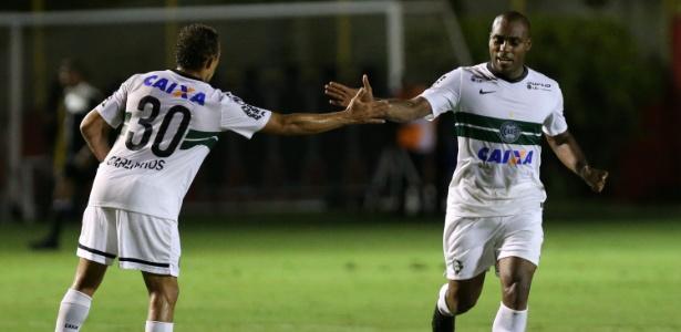 Luccas Claro (dir.) ganha nova chance na defesa do Coritiba