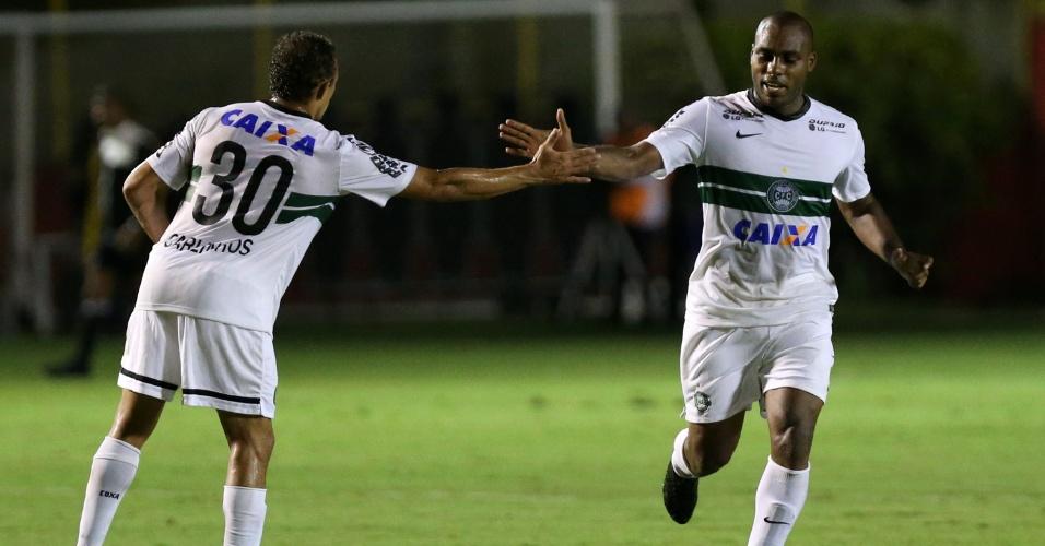 Luccas Claro comemora com companheiros o gol de empate do Coritiba contra o Vitória