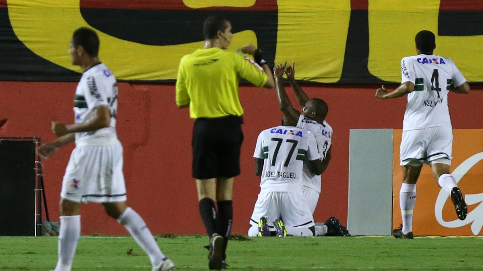 Luccas Claro se ajoelha para comemorar o gol de empate do Coritiba contra o Vitória