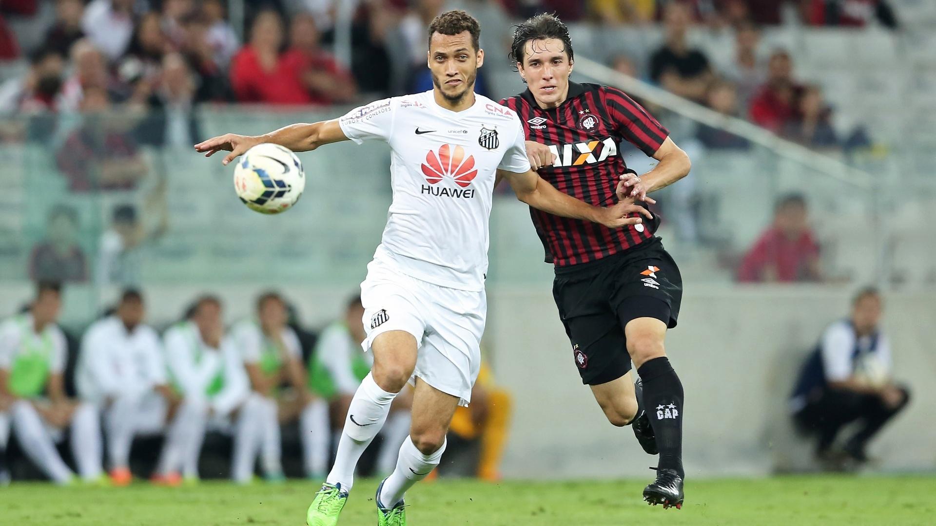 Neto, zagueiro do Santos, disputa a bola com Cléo ,atacante do Atlético-PR