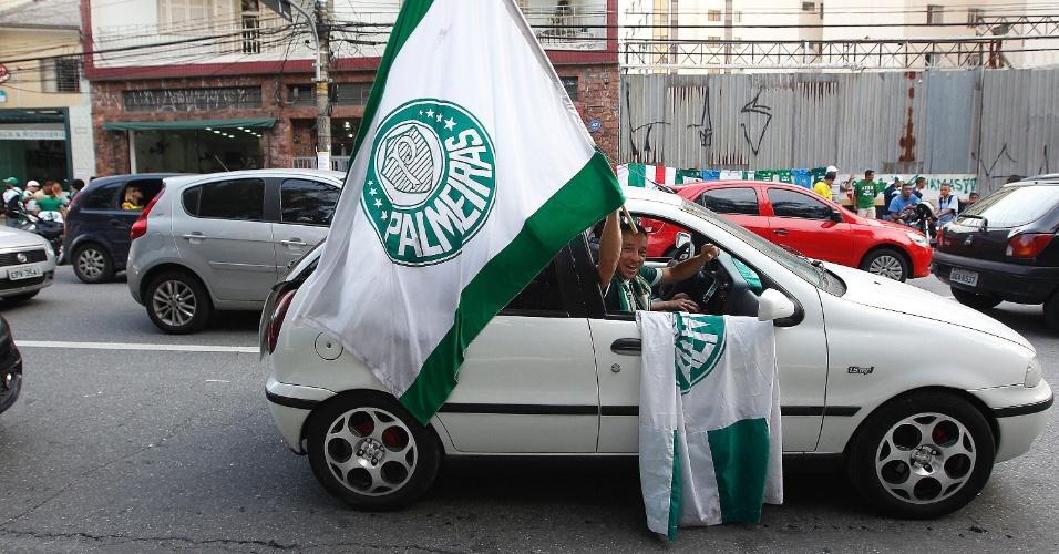 Palmeirenses encaram trânsito com bandeiras do clube antes da estreia da Arena Palestra