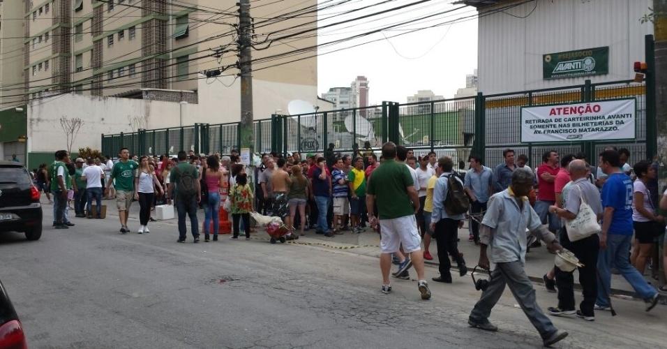 Palmeirenses fazem a fila para comprar ingressos na torcida visitante para a estreia da Arena Palestra