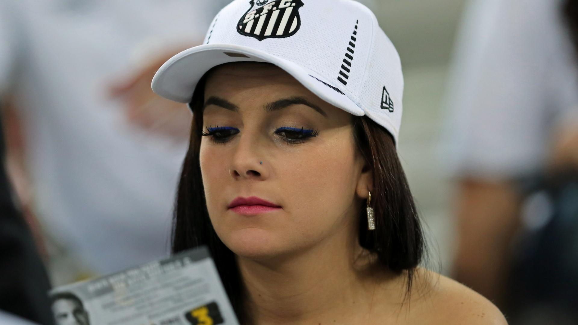 Torcedora do Santos acompanha o duelo da equipe na Arena da Baixada contra o Atlético-PR