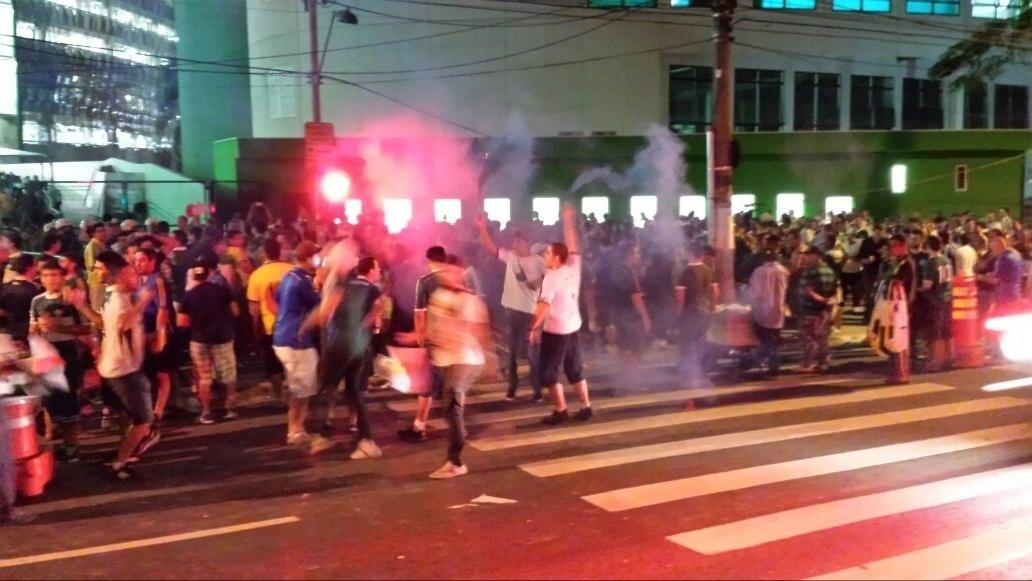 Torcedores do Palmeiras acendem sinalizadores nos arredores da Arena Palestra