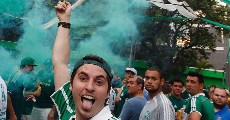 Torcedores do Palmeiras fazem a festa nos arredores da Arena Palestra na inauguração do estádio