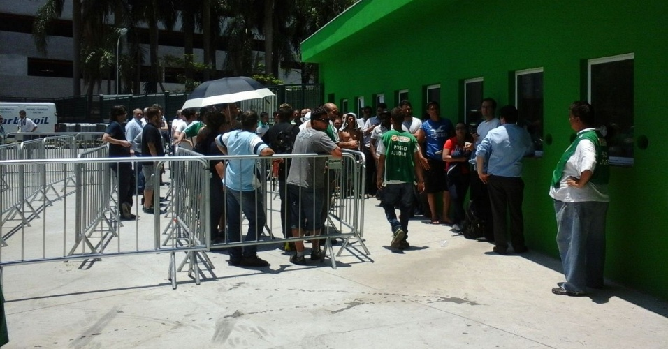 Torcedores do Palmeiras fazem fila para retirada dos cartões Avanti para a estreia do time no novo estádio