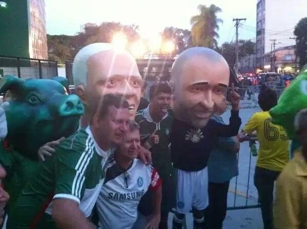 Torcedores do Palmeiras posam para fotos com bonecos de ídolos do clube