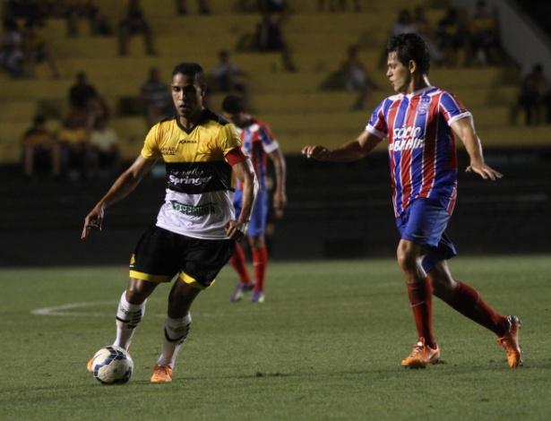 Cléber Santana avança com a bola no duelo do Criciúma com o Bahia