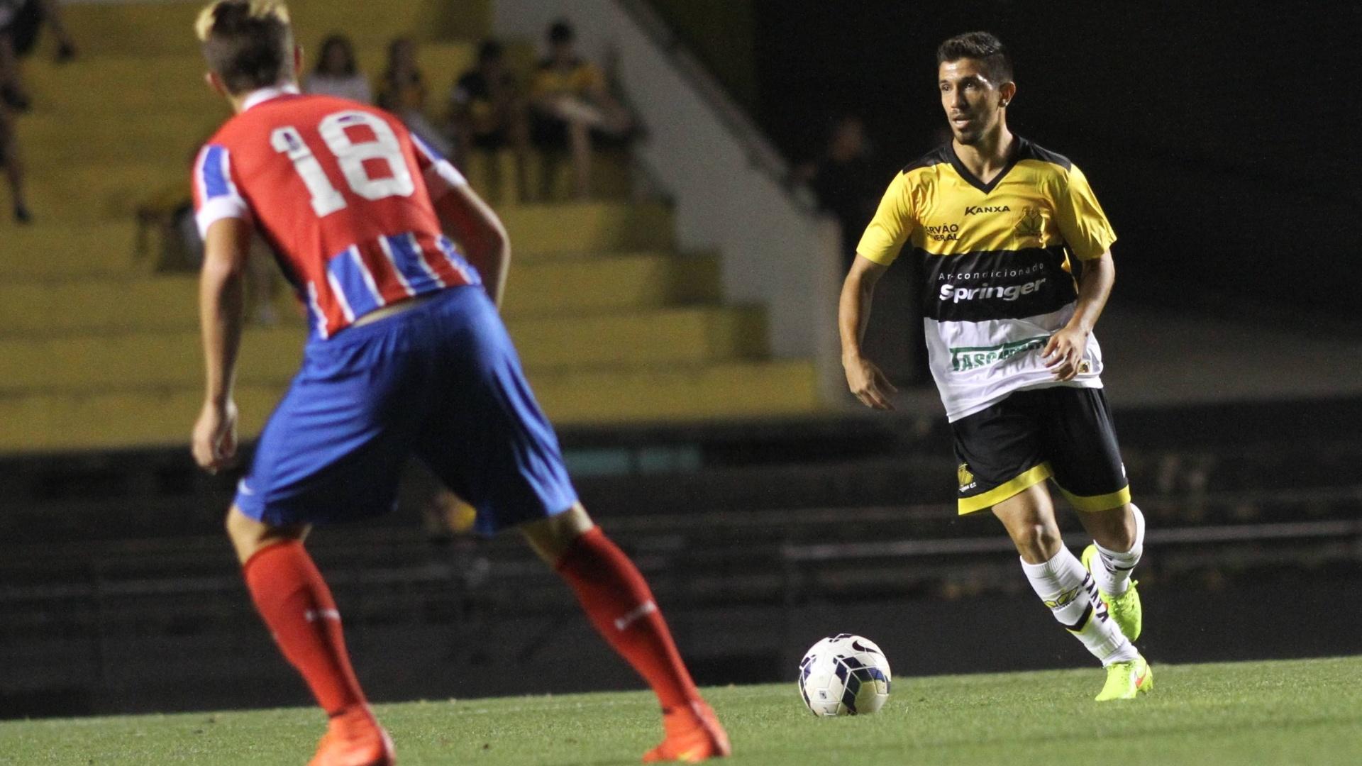 ricardinho conduz a bola para o Criciúma no duelo com o Bahia