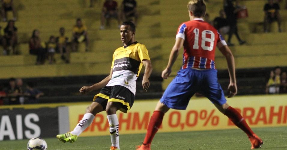 Serginho tenta passe no meio campo durante od uelo entre Criciúma e Bahia