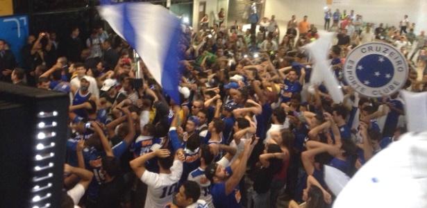 Torcedores do Cruzeiro fazem festa para receber delegação no aeroporto de Confins