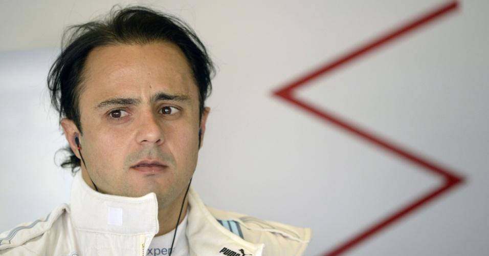 21.nov.2014 - Felipe Massa relaxa no box da Williams antes de ir para a pista de Yas Marina nos treinos livres para o GP dos Emirados Árabes