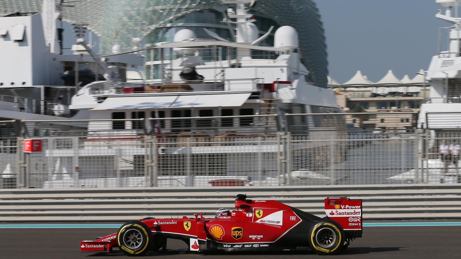 21.nov.2014 - Fernando Alonso guia sua Ferrari pela pista de Yas Marina durante os treinos livres para o GP dos Emirados Árabes