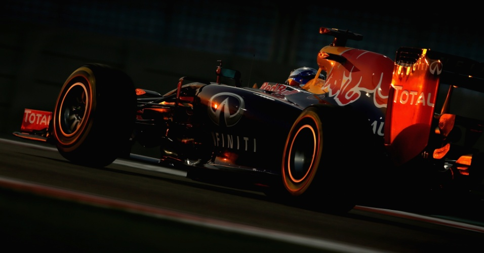 21.nov.2014 - Sebastian Vettel conduz sua Red Bull pelo circuito de Yas Marina durante os treinos livres para o GP dos Emirados Árabes