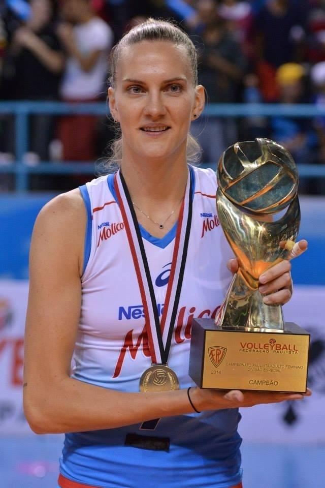 Mari posa com troféu de campeã paulista pelo Milico/Nestlé