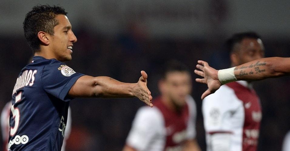 Marquinhos é cumprimentado após o segundo gol do PSG, contra