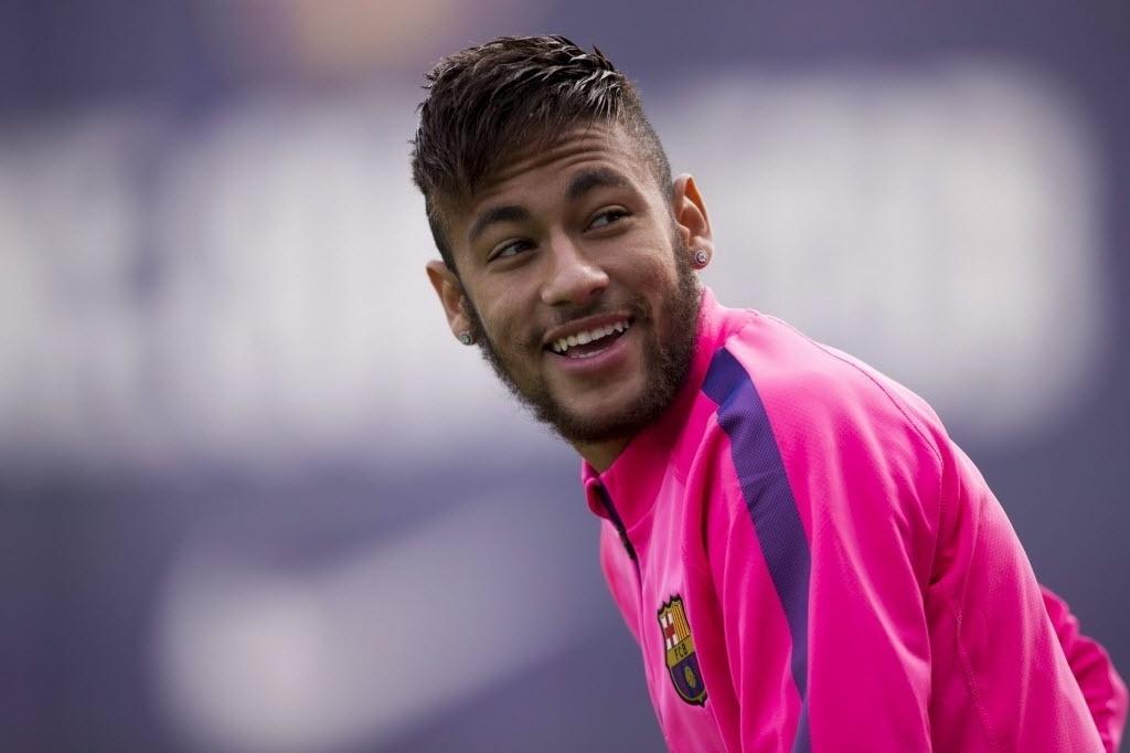 Neymar sorri durante treino do Barcelona