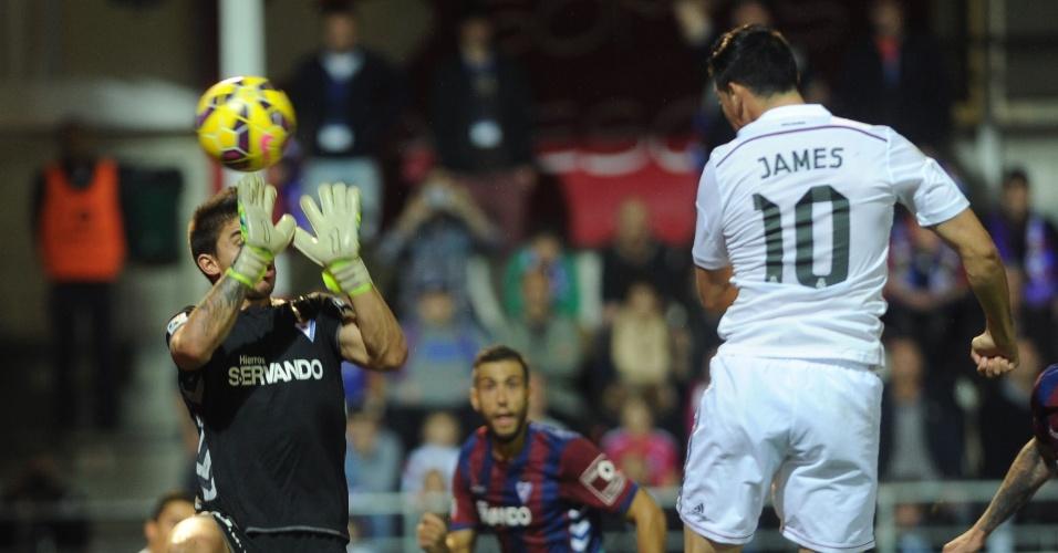22.nov.2014 - James Rodríguez cabeceia e abre o placar para o Real Madrid contra o Eibar