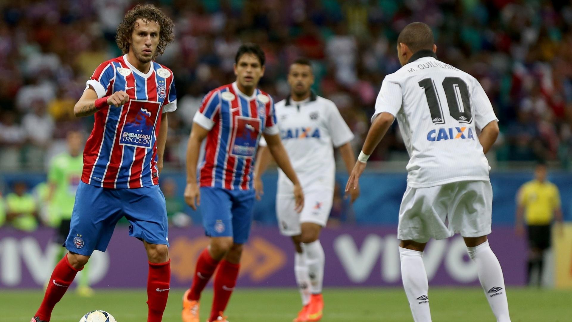 Galhardo domina a bola para o Bahia contra o Atlético-PR, pelo Brasileiro
