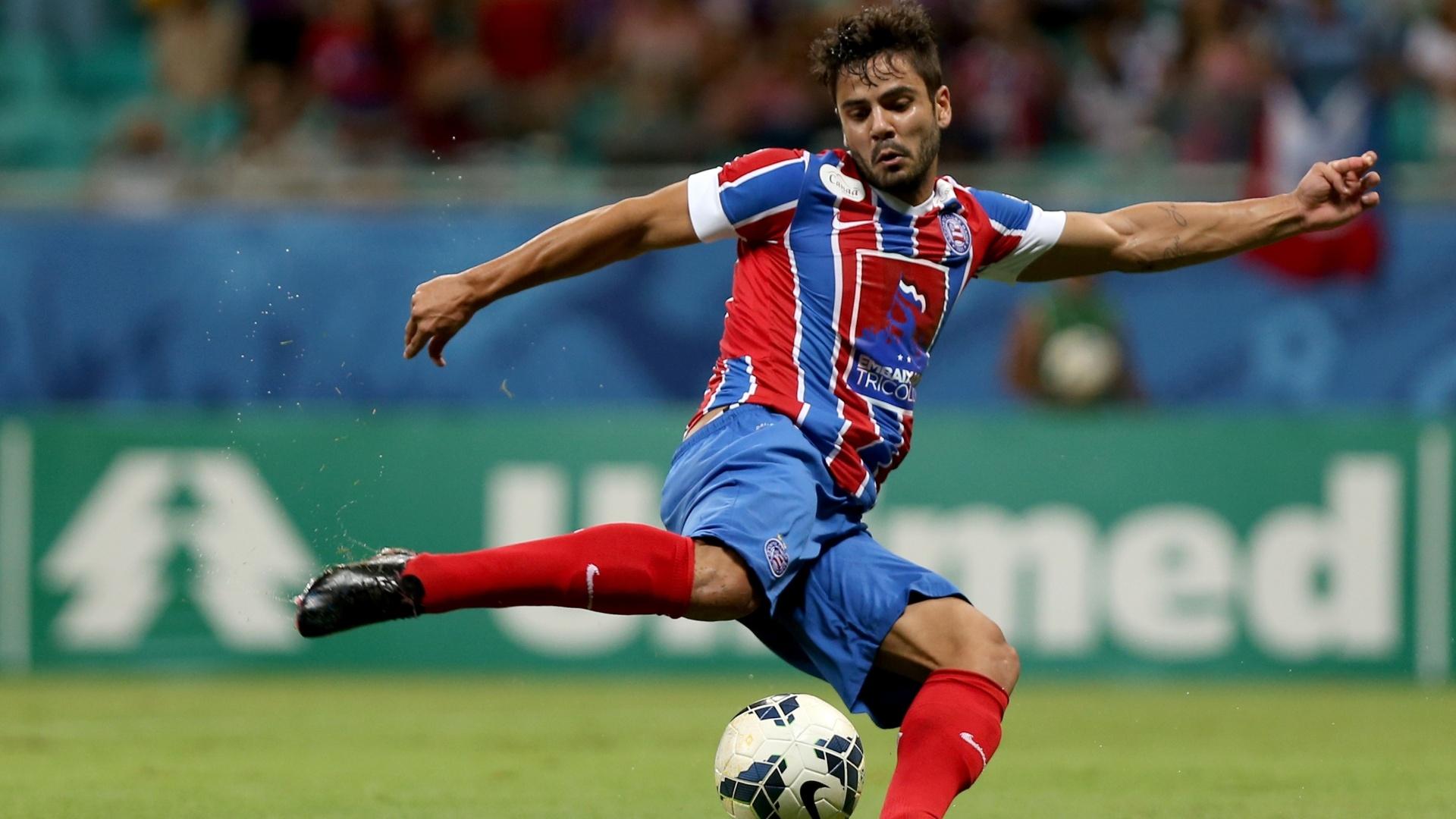 Henrique, do Bahia, tenta finalização na partida contra o Atlético-PR