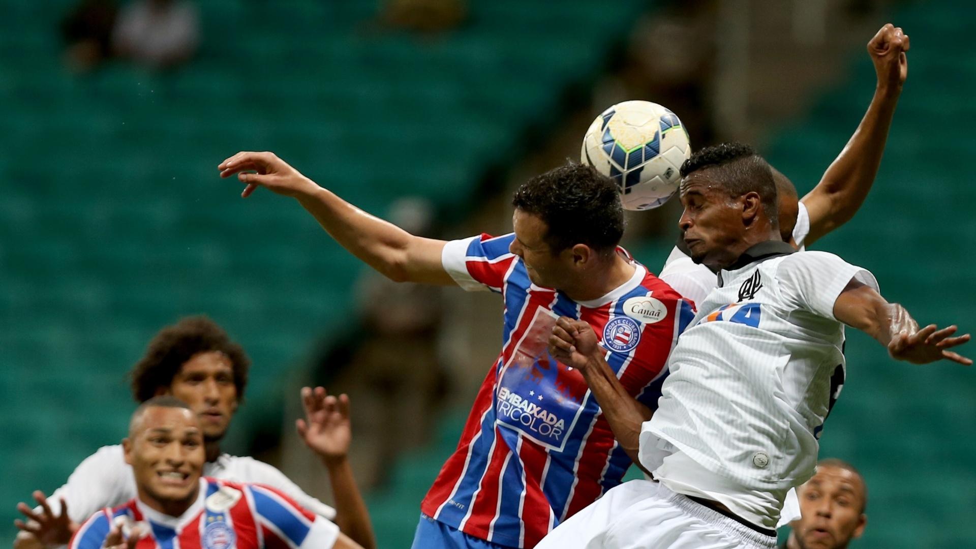 Lucas Fonseca (à esq.) cabeceia bola em disputa pelo alto
