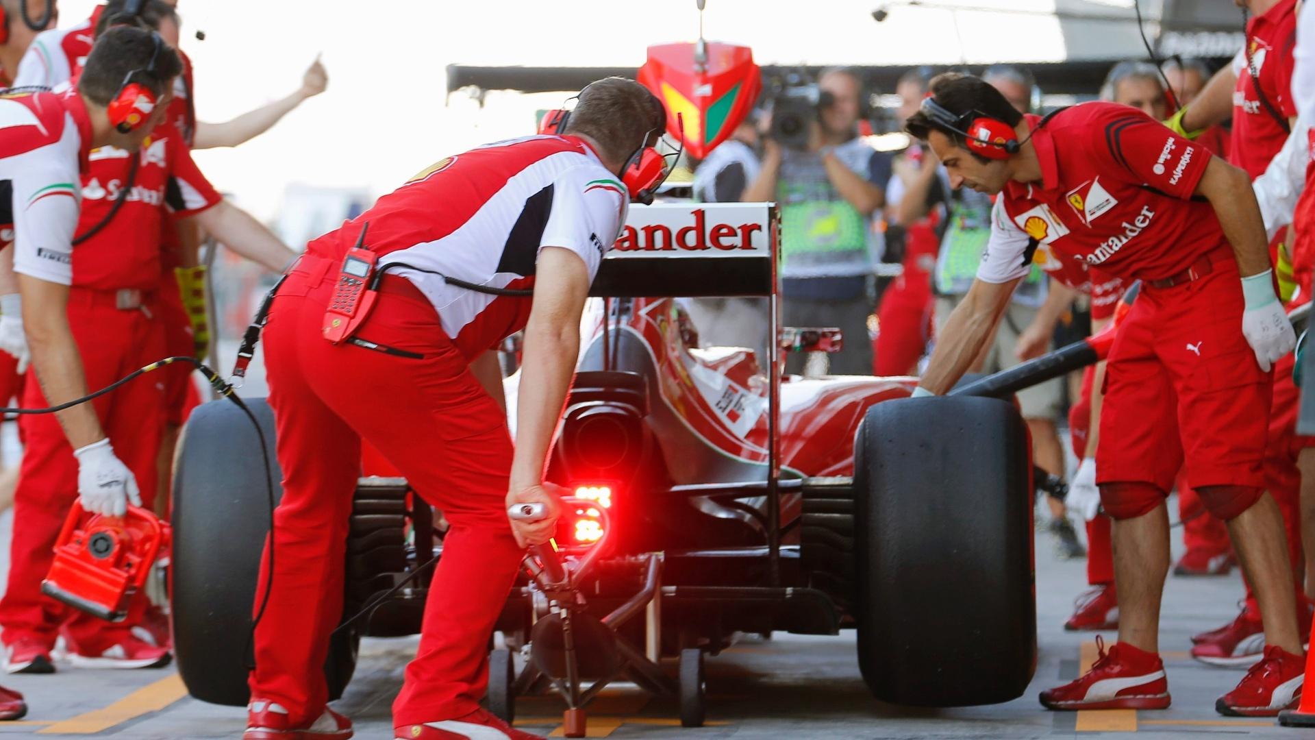 Mecânicos da Ferrari mexem no carro de Fernando Alonso