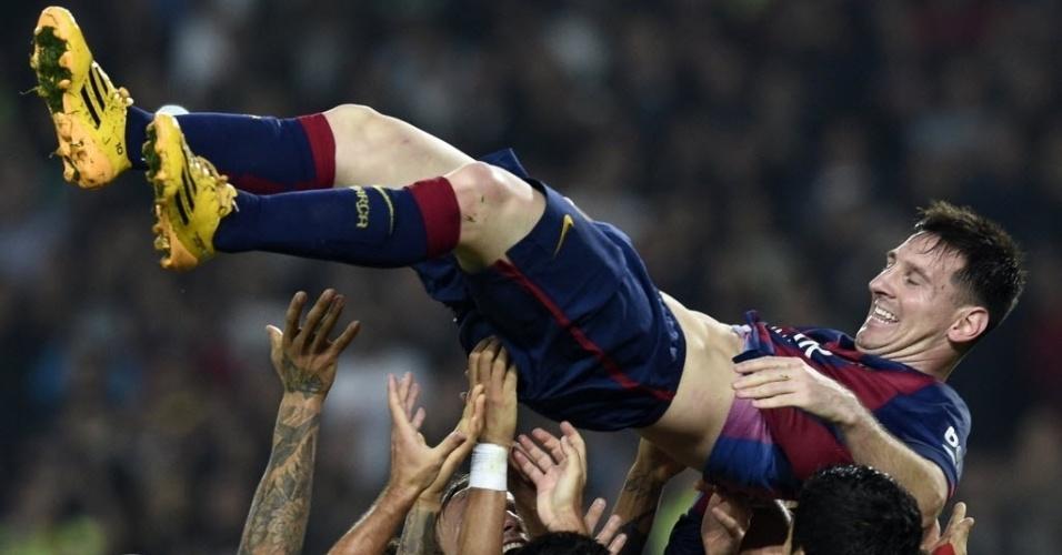 Messi sorri ao quebrar o recorde de mais gols feitos no Espanhol e é jogado para o alto pelos companheiros de Barça
