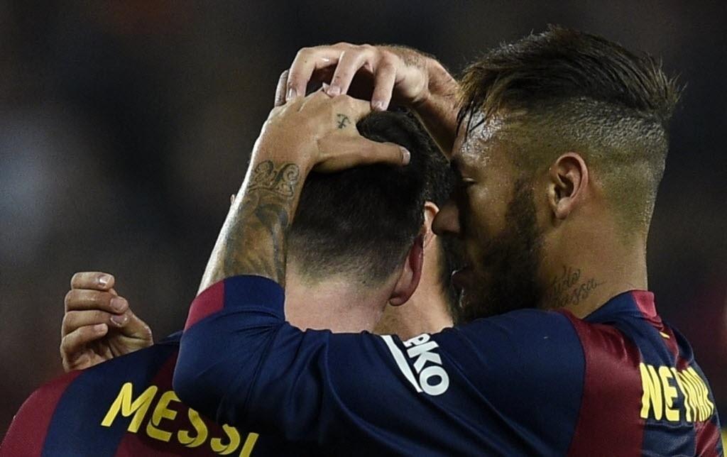 Neymar abraça Messi após o argentino anotar para o Barcelona contra o Sevilla
