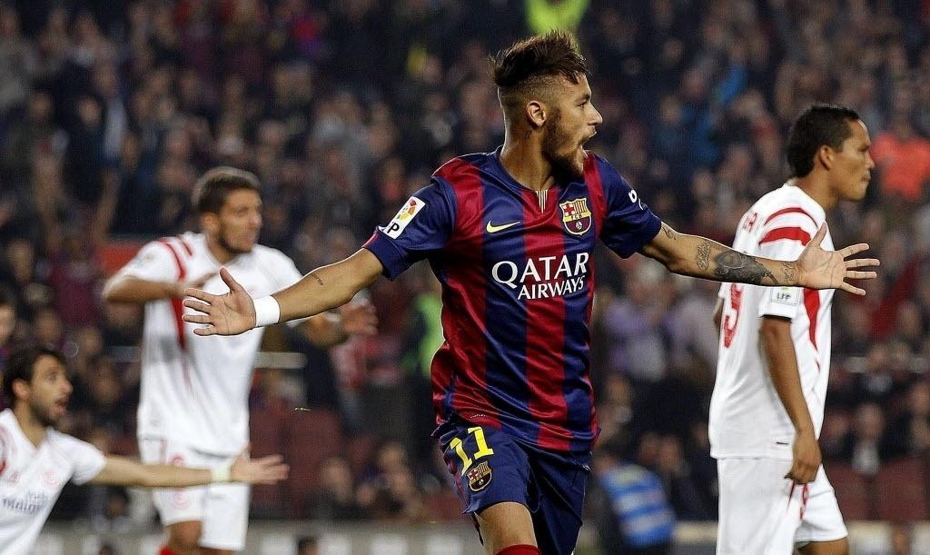 Neymar comemora o segundo gol do Barcelona sobre o Sevilla, feito por ele de cabeça