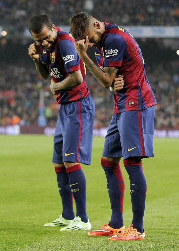 Neymar e Daniel Alves fazem dancinha após o atacante marcar sobre o Sevilla