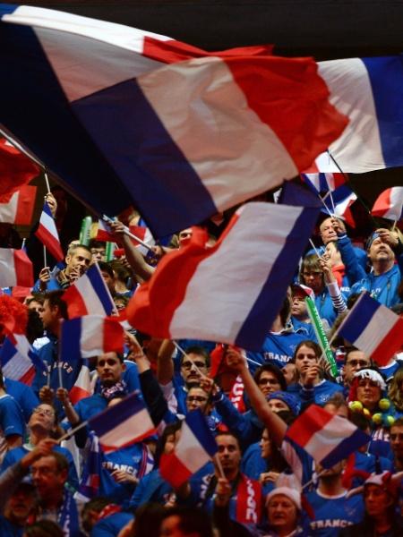 Torcida francesa também faz barulho no estádio Pierre Mauroy - AFP PHOTO / DENIS CHARLET