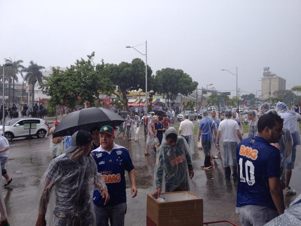A chuva em Belo Horizonte não afasta a torcida do Cruzeiro do Mineirão, neste domingo